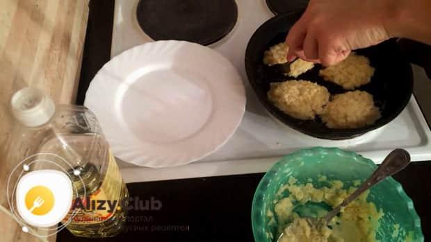 Обжарьте капустные котлеты на сковородке.