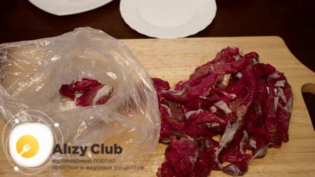 Складывайте мясо небольшими порциями в пакет