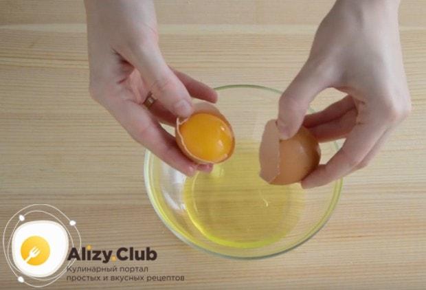 Чтобы приготовить белковый крем для капкейков, сначала надо аккуратно отделить белки от желтков.