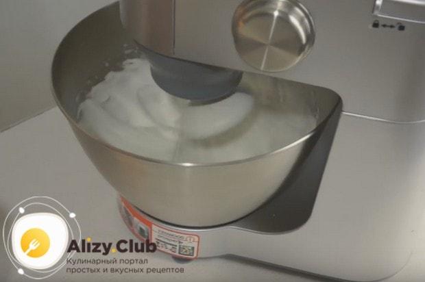 Пока варится сироп, взбиваем белки с сахаром и лимонной кислотой.