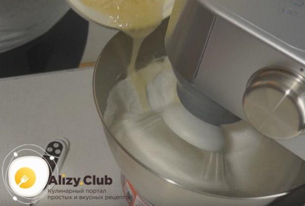 Понемножку, тнкой струйкой вводим сироп в белки, когда они взобьются в пышную массу, и продолжаем взбивать.