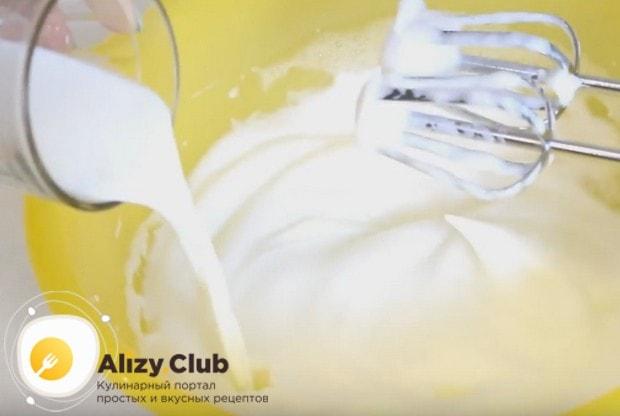 Во взбитые белки вводим молоко и перемешиваем.