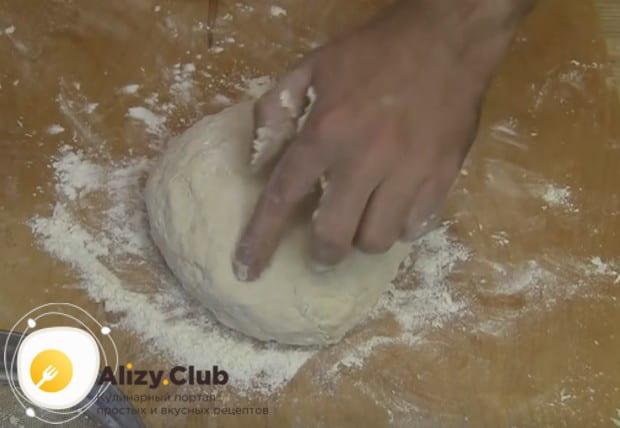 Такое быстрое тесто дляжареных пирожков удобно тем, что из него сразу же можно формировать изделия.