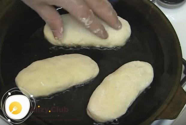 Жарим пирожки на хорошо раскаленной сковороде с растительным маслом.