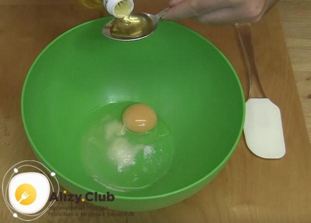 Сначала смешиваем в миске яйцо, соль и растительное масло.