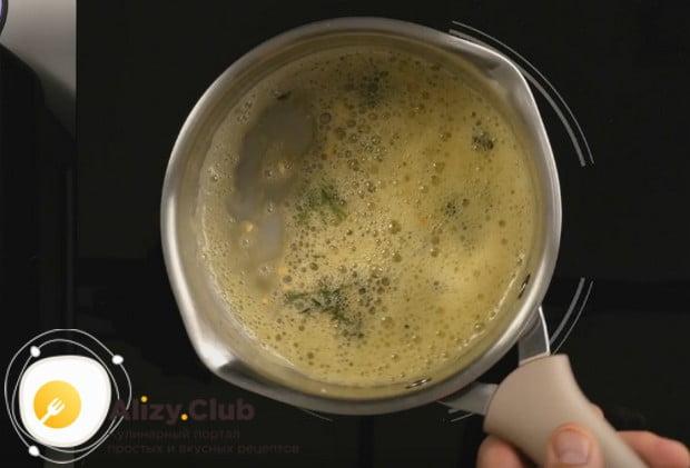 В сотейнике разогреваем сливочное масло и добавляем в него специи.
