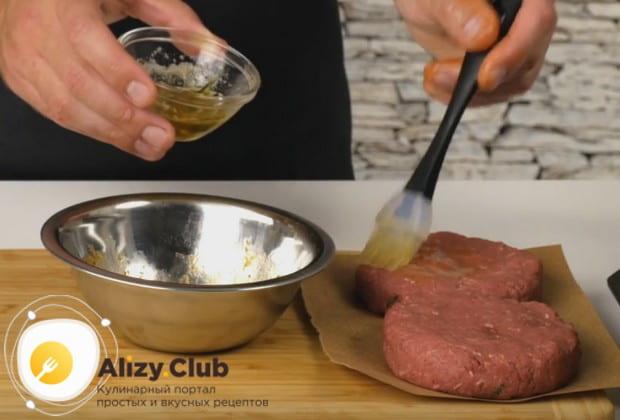 Смазываем ароматным маслом также и бифштексы.