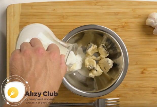 Для подачи приготовим соус из сыра Дор блю и сливок.