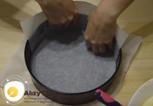 Форму, в которой буде выпекать бисквит для торта в духовке по нашему рецепту, застилаем пергаментом.
