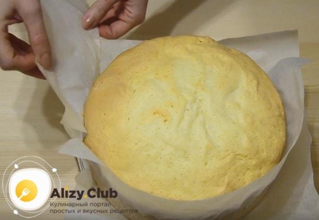Осторожно отделяем от готового бисквита пекарскую бумагу.