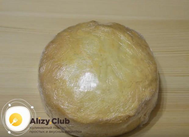Чтобы бисквит был более влажным, заворачиваем его в пищевую пленку и отправляем в холодильник.