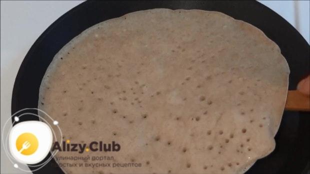 Жарим блины на раскалённой блинной сковороде до готовности