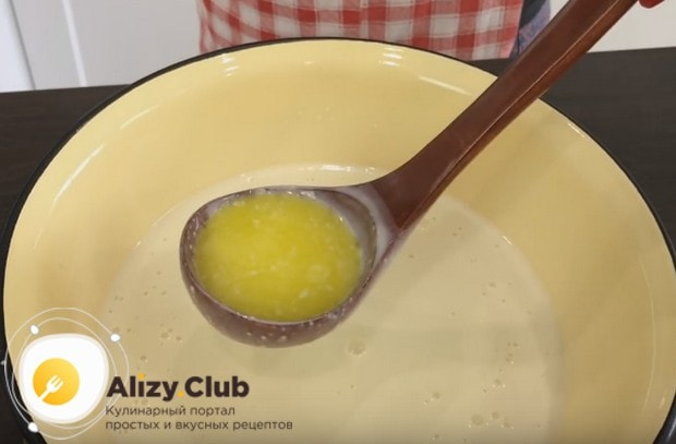 Теперь вводим в тесто ранее растопленное сливочное масло.
