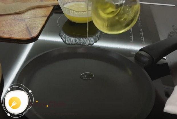 Сковороду совсем немного смазываем растительным маслом.