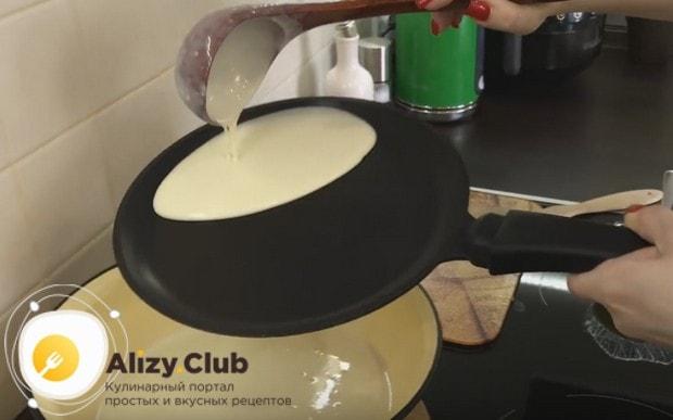 Наливаем тесто на сковороду и формируем круглый блинчик.
