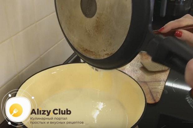 Лишнее тесто можно слить со сковороды прямо в миску с остальным тестом.