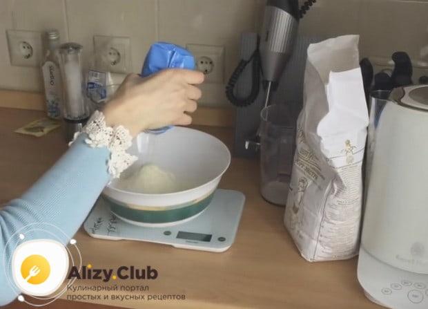 В миске перемешиваем просеянную муку и сухое молоко.