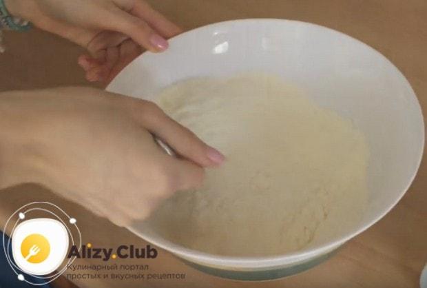 Добавляем сахар, соду, соль и перемешиваем.