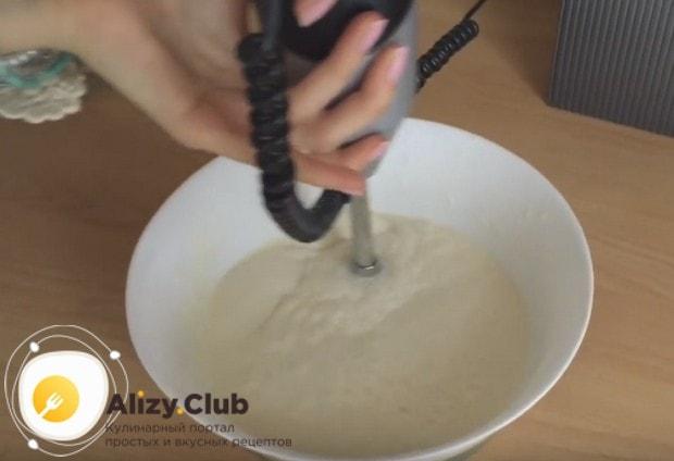 Выливаем в сухие ингредиенты молоко и растительное масло и перебиваем тесто погружным блендером.