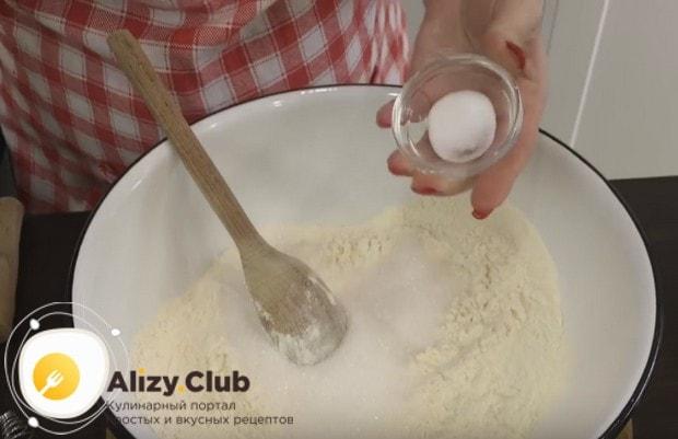 Добавляем в муку немного соды, а также соль.