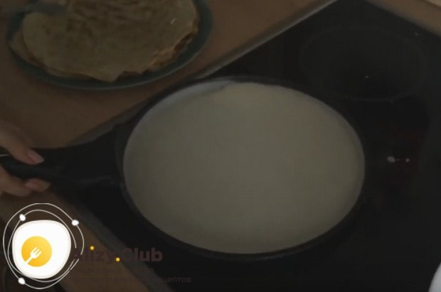 Наливаем тесто на хорошо разогретую сковороду.