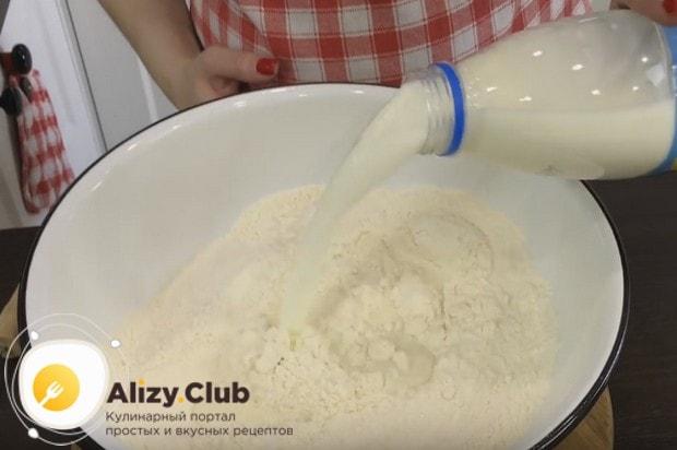 Половину приготовленного молока сразу добавляем в мучную смесь.