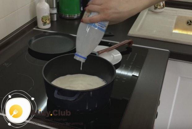 Оставшееся молоко выливаем в кастрюлю и нагреваем.