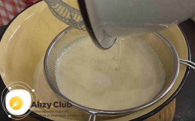 В идеале тесто надо пропустить через сито, чтобы избавиться от возможных оставшихся в нем комочков.
