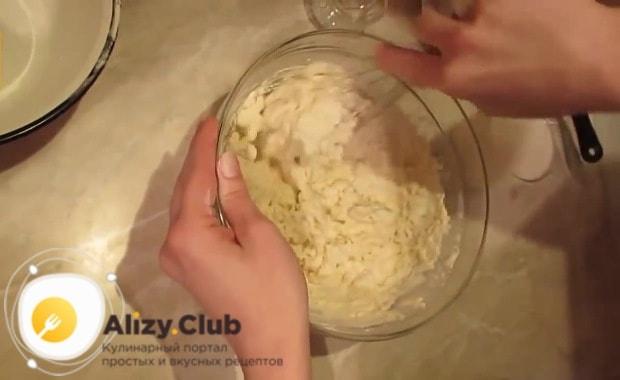 В отдельную посуду просеиваем 400-430 г муки через мелкое сито
