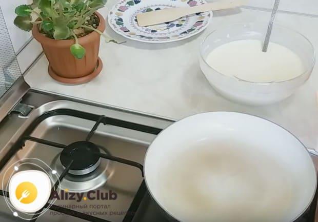 Хорошенько разогреваем сковороду и капаем на него капельку растительного масла.
