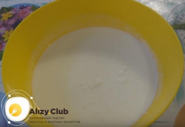 В большую удобную для замешивания теста миску наливаем простоквашу.