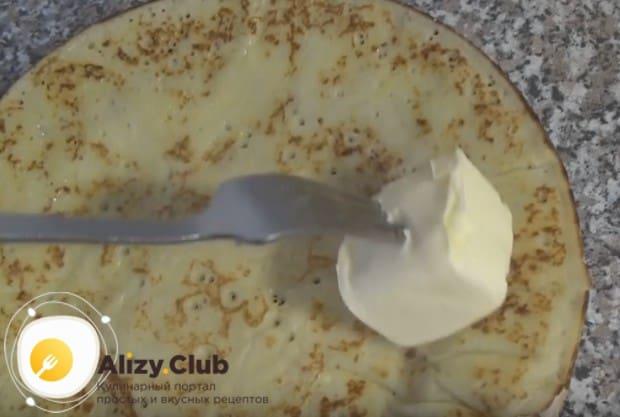 Готовые блинчики можно смазать кусочком сливочного масла.