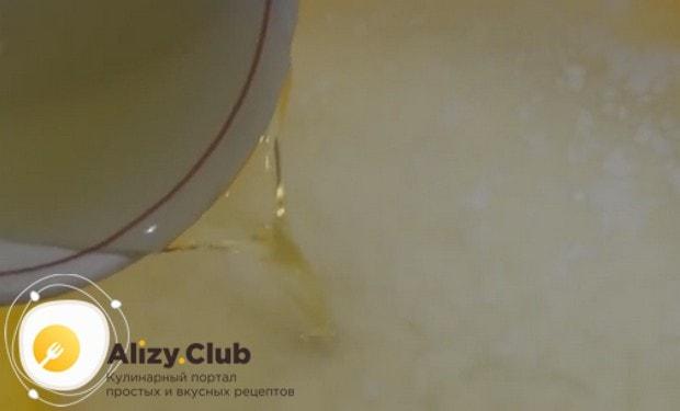 Обязательно вливаем в тесто растительное масло.