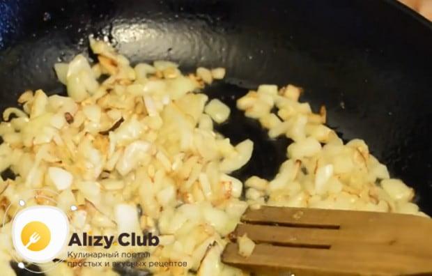 Сначала до золотистого цвета обжариваем на сковороде лук.