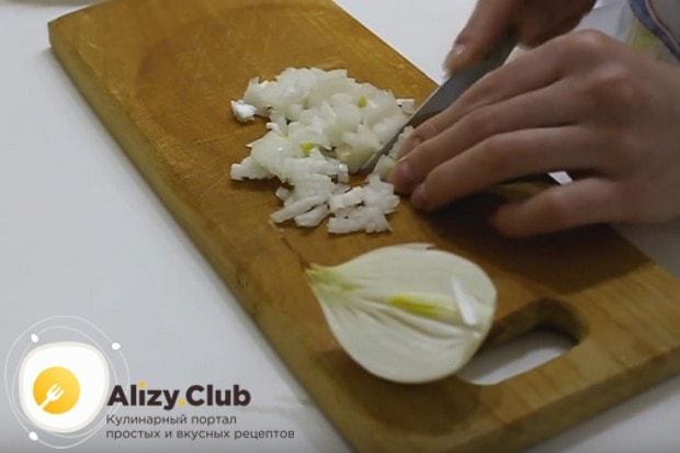 Очень мелко режем луковицу.