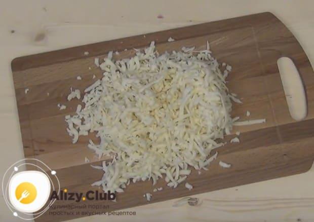 На крупной терке натираем твердый сыр.