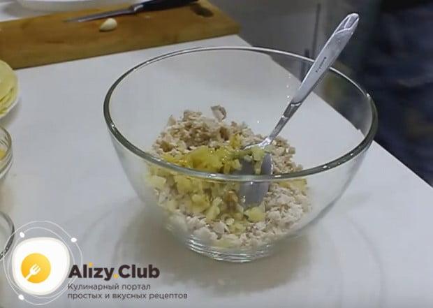 В миску выкладываем куриное филе и лук.