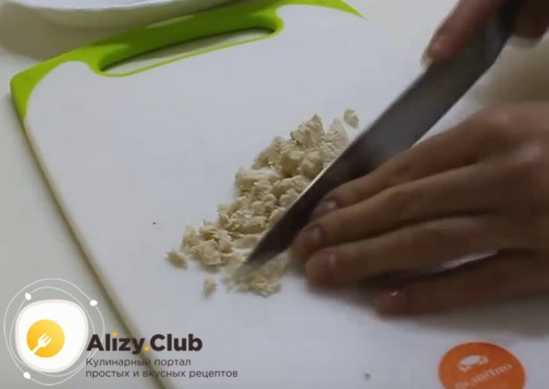 Отварное куриное филе режем мелким кубиком.