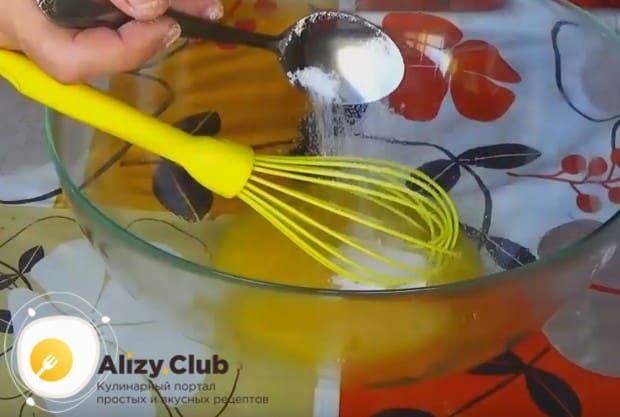 Слегка взбиваем яйцо и добавляем сахар.