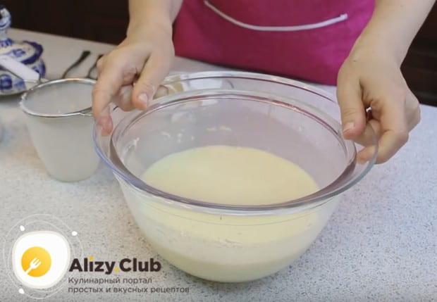 Минут на 15 оставляем тесто настояться, накрыв его крышкой или салфеткой.
