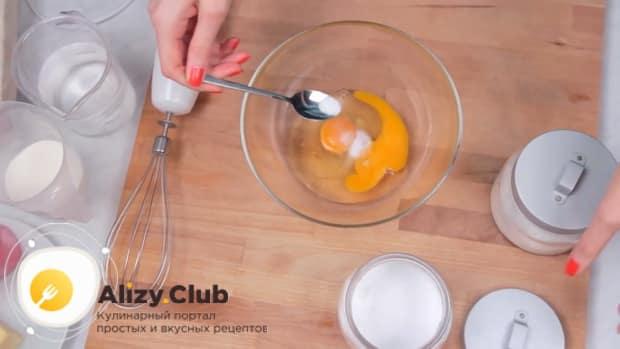 Для приготовления блинов с ветчиной и сыром смешайте яйца с солью.