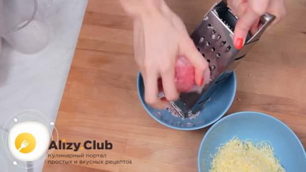 Для приготовления блинов с ветчиной и сыром натрите ветчину и сыр.