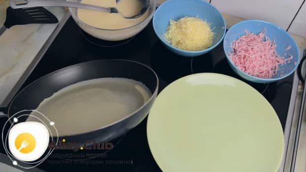 Для приготовления блинов с ветчиной и сыром вылейте тесто а сковородку.
