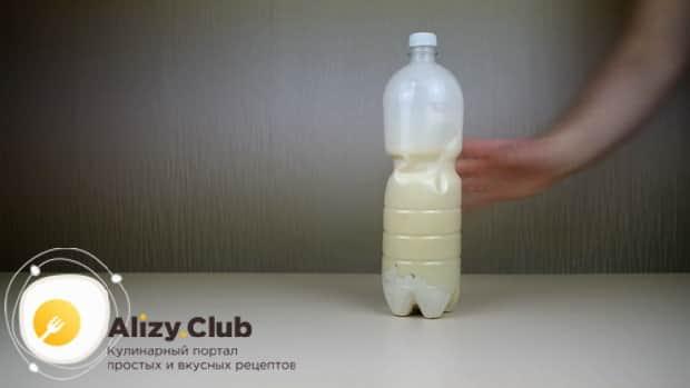 Для приготовления блинов в бутылке, перемешайте ингредиенты.