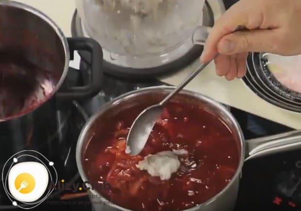 Приготовленную в блендере затирку из сала, перца и чеснока в самом конце готовки отправляем в наш борщ.