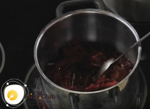 Узнайте у нас, как приготовить борщ со свеклой и капустой.