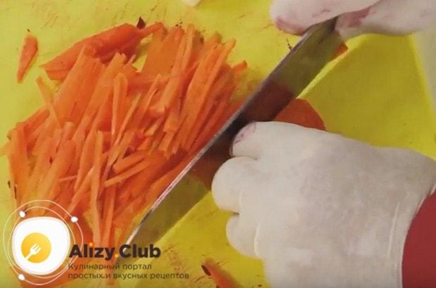 Поставив тушиться свеклу, нарезаем соломкой морковь, а также полукольцами лук.