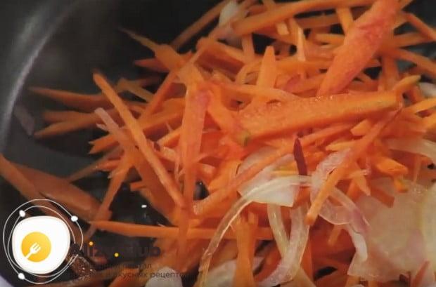 Отправляем лук с морковью пассероваться на сковороду.