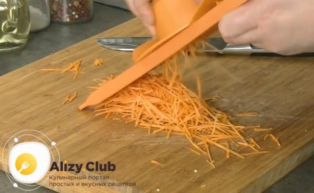 Морковку можно натереть на корейской морковке, чтобы блюдо было гуще.