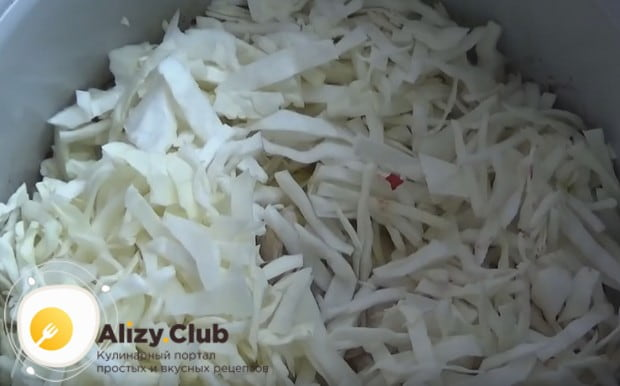 Теперь выкладываем в мультиварку курицу, картофель и капусту.